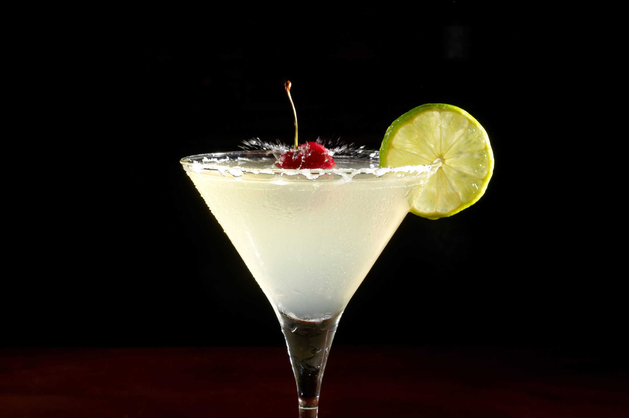cocktail-with-lemon-and-cherry-26150490